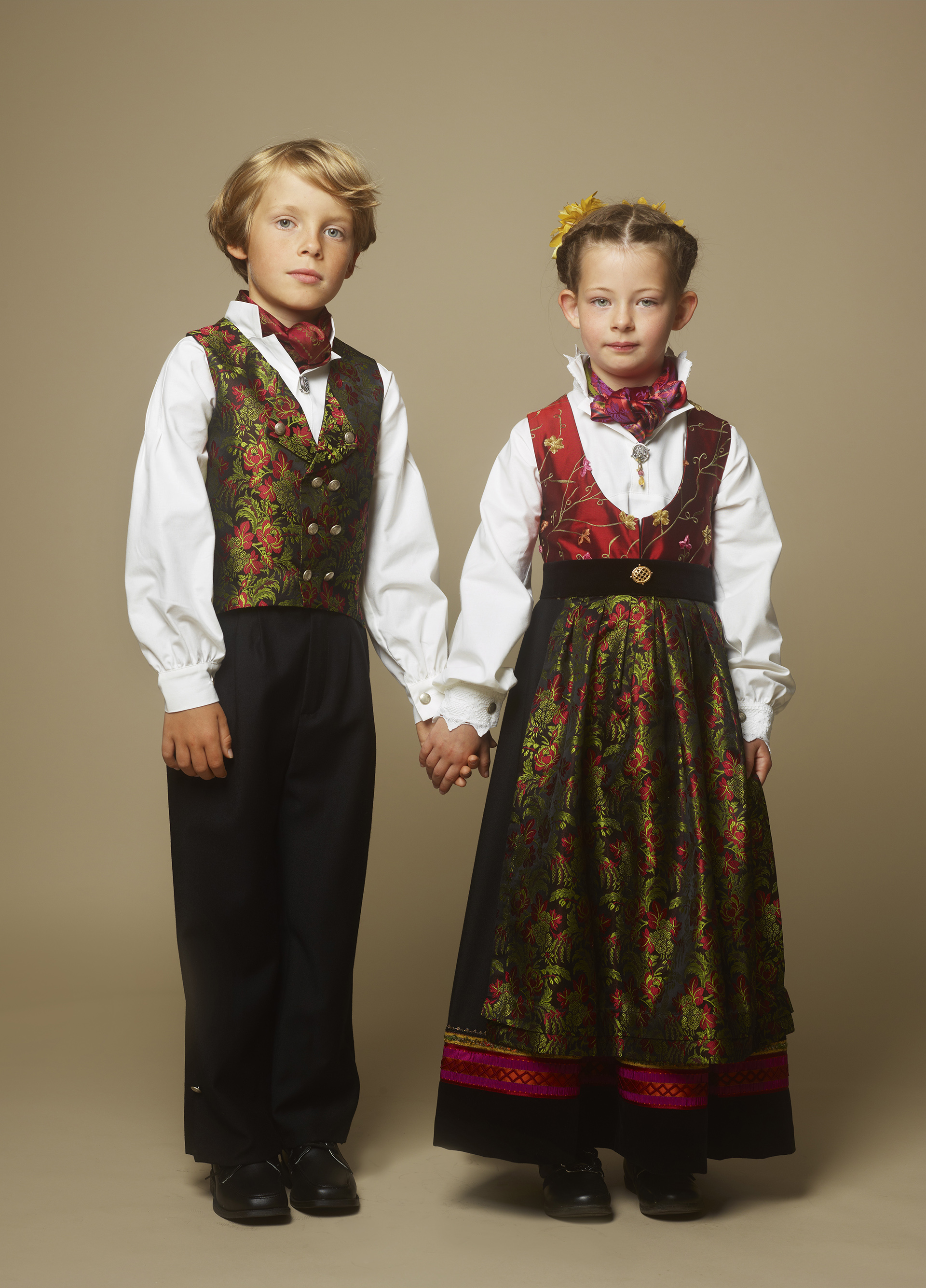 Bunad barn jente og gutt som holder hverandre i hånden